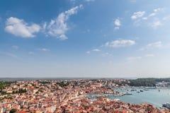 Obere Ansicht über Dächer der alten europäischen Marinestadt nahe Seebucht Lizenzfreie Stockbilder
