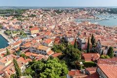 Obere Ansicht über Dächer der alten europäischen Marinestadt nahe Seebucht Lizenzfreies Stockfoto