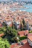 Obere Ansicht über Dächer der alten europäischen Marinestadt nahe Seebucht Lizenzfreies Stockbild