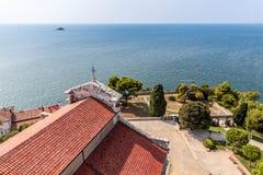 Obere Ansicht über Dächer und Bäume der alten europäischen Marinestadt auf ope Stockbilder