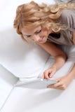 Obere Ansicht der Frau, die Tablette verwendet Stockfotos