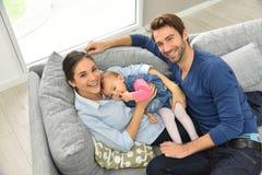 Obere Ansicht der glücklichen jungen Familie auf Sofa Stockfotografie