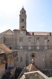 Obere Ansicht des alten Palastes mit tipical Fenstern in alter Stadt Dubrovniks Lizenzfreies Stockfoto