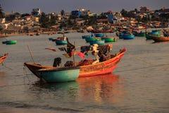 Obere Ansicht von Fluss-runder Insel in Saigon und in der Stadt lizenzfreie stockbilder