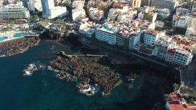 Obere Ansichtbraun-Küstenlinienfelsen gewaschen durch Meereswogen stock footage