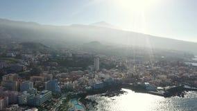 Obere Ansichturlaubsstadt auf Insel gegen Hügel an der Ozeanbucht stock video