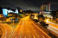 Obere Bukit Timah Straße bis zum Nacht Stockfotos