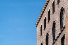 Obere Ecke des Backsteinbaus stockfotografie