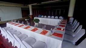 Obere runde Ansicht-Restaurant-Tabelle gelegt für spezielles Abendessen stock footage