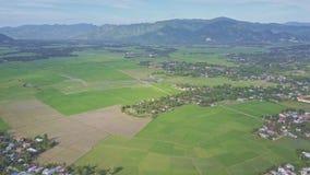 Obere Vogelperspektive-Dörfer um Reis-Felder gegen Hügel stock video footage