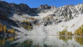 Oberer Adlersee mit goldenen Lärchen in der Sägezahnstrecke Washingtons lizenzfreie stockfotos