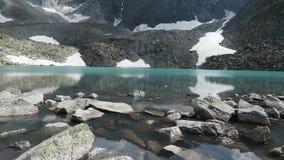 Oberer Akchan See T?rkisblau-Gebirgssee Altai-Berge, Sibirien, Russland stock footage