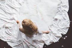Oberer Anblick der Frau ihre Spitzeunterwäsche entfernend stockbilder