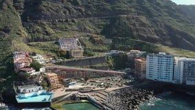 Oberer Ansichtauslese-Hotelkomplex am Hügelfuß auf berühmter Insel stock video