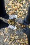 Oberer Blick auf die Füße des Mannes und der Frau Stockfotografie