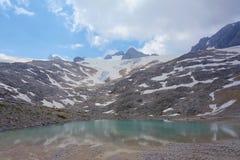 Oberer Eissee under den Dachstein glaciären nära till tte för Simonyhï ¿ ½ i österrikiska fjällängar under sommar, Salzkammergut  Royaltyfria Foton