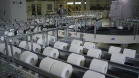 Oberer Panoramablick des langen Toilettenpapier-Förderers stock footage