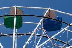 Oberer Teil des Riesenrads mit den grünen und blauen Schüsseln Stockbild