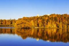 Oberer Tsaritsyn-Teich mit Insel Vogelinsel im Herbst bei Sonnenuntergang, Moskau stockbilder