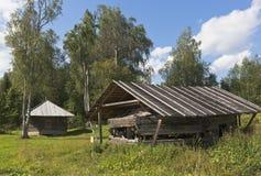 Oberes Achteck der Kirche von Ilya der Prophet wird unter einer Halle auf Bezirk Kirchhof Tsypinskom Kirillov von Vologda Regio g Stockfotos