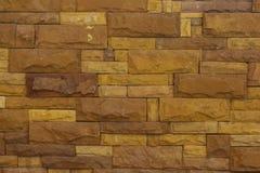 Oberfläche der Backsteinmauer ist gelbe Blöcke für den Hintergrund Lizenzfreies Stockbild