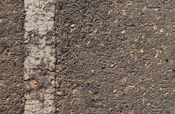 Oberfläche der defekten Asphaltstraße in der Landschaft Stockfotografie