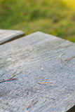 Oberfläche des alten Holztischs draußen, DOF Stockbilder