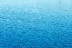 Oberfläche des blauen Wassers des Hintergrundes auf dem See Stockbild