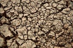 Oberfläche des getrockneten Bodens mit einzigartigem Foto der Sprünge stockfoto