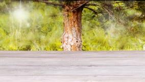 Oberfläche des Holztischs und des unscharfen gelbgrünen Hintergrundes Schablonen-Spott oben f?r Anzeige des Produktes lizenzfreies stockfoto