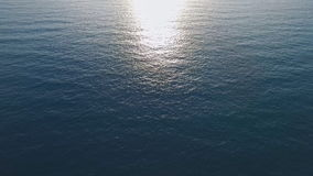 Oberfläche des ruhigen Sees auf dem Mittelmeer, Sonnenuntergang, das beste Video für Ihre Werbung stock footage