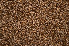Oberfläche umfasst mit Kaffeebohnen als Hintergrund stockfoto