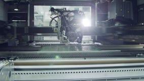 Oberflächenbergtechnologie smt Maschine setzt Komponenten auf eine Leiterplatte stock footage