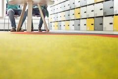 Oberflächenniveau von Geschäftsmännern bei Tisch im kreativen Büro Lizenzfreies Stockbild