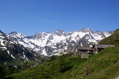 \ Oberglaneggalm \ mit Oetztal Alpen (Südtirol) Stockbilder