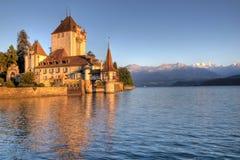 湖oberhofen schloss瑞士thun 图库摄影