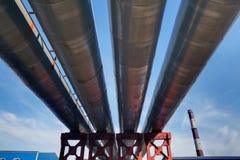 Oberirdische Rohrleitung, offene Heizungsrohrleitung. Stockfoto