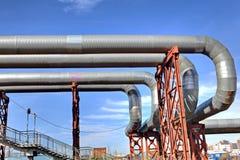Oberirdisches Heizungsrohr der Brückenrohrleitung Stockbilder