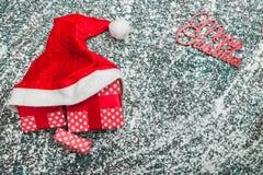 Oberleder, Spitze, Ansicht von oben genanntem von, von den immergrünen roten Spielwaren, von den Geschenken in Sankt-Hut und von  Lizenzfreie Stockfotos