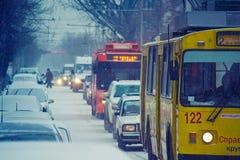 Oberleitungsbuse auf Winterstraße Lizenzfreies Stockfoto