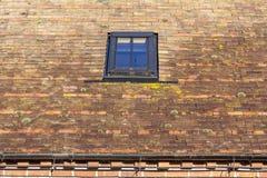 Oberlicht in einem mit Ziegeln gedeckten Dach Stockfotos