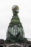 Oberlicht mit einem Adler auf dem Dach des Sängers House in St Petersburg Stockfotos