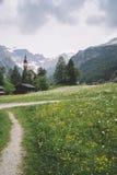Obernberg est Brenner con las montañas austríacas en fondo Imágenes de archivo libres de regalías