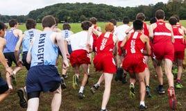 Oberschülercross country-Anfang von hinten lizenzfreie stockbilder