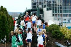 Oberschülerincross country-Laufen stockfotos