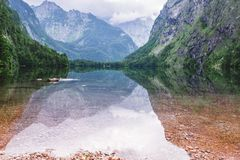 Obersee湖的伟大的夏天全景 瑞士阿尔卑斯绿色早晨场面, Nafels村庄地点,瑞士,欧洲 beauvoir 免版税库存图片