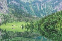 Obersee湖的伟大的夏天全景 瑞士阿尔卑斯绿色早晨场面, Nafels村庄地点,瑞士,欧洲 beauvoir 库存照片