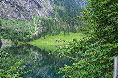 Obersee湖的伟大的夏天全景 瑞士阿尔卑斯绿色早晨场面, Nafels村庄地点,瑞士,欧洲 beauvoir 免版税图库摄影