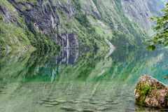 Obersee湖的伟大的夏天全景 瑞士阿尔卑斯绿色早晨场面, Nafels村庄地点,瑞士,欧洲 beauvoir 免版税库存照片