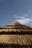 Oberseite des Strohsonnenschirmes lizenzfreies stockfoto